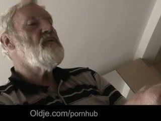 """Bearded дядо изпразване в tinaãâ²ãâ'ã¢â""""â¢s млад уста"""