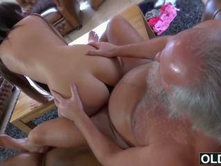 Sexy jong meisje geneukt door vet oud man sperma slikken babe