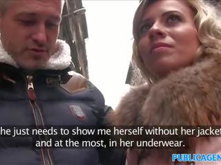 Publiek agent overspel vrouw met kort blondine haar fucks voor cash