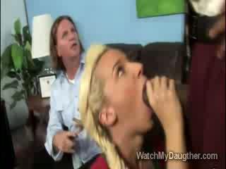 Filthy cô gái tóc vàng daugther blows các đen principal trong trước của cha