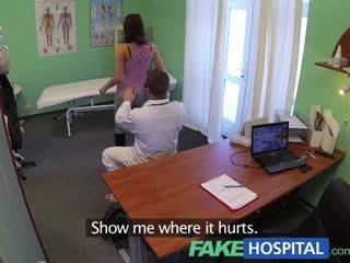 Fakehospital vakker unge pole dancer med hot kroppen swallows den doctors medicine