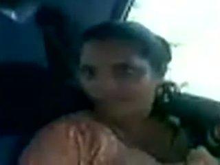 Kerala aunty klaar naar neuken haar partner in een auto