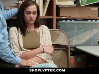 Shoplyfter - mam en dochter betrapt en geneukt voor stealing