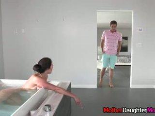 Poika gets busted spying päällä hänen äitipuoleni