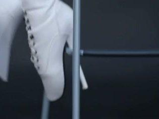 Modele uz lateks kombinezons un ballet zābaki.