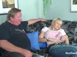 Tučné stepdad prichytené jeho krok dcéra a súložiť ju pička - viac na hotcamgirls24.com