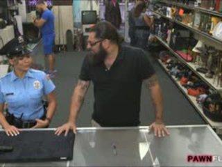 Veliko oprsje varnost uradnik nailed s pawnkeeper v the soba zadaj