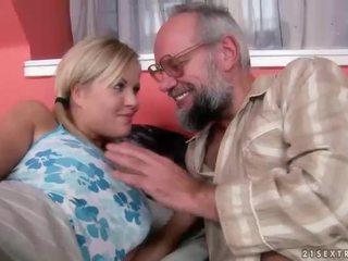 Kakek dan remaja having kesenangan dan seksi seks