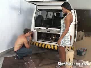 Krūtainas melnādainas shemale takes viņai seksuālā kleita no un gets banged uz the garage