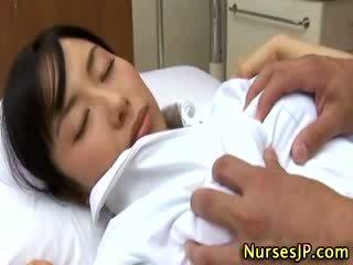 Japoniškas azijietiškas seselė apgraibytas iki jos pacientas