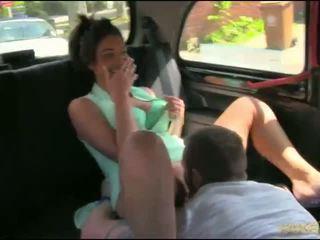 Pāris uzbudinātas uz the aizmugurējais sēdeklis no a taxi