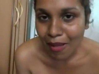 Aunty 入浴 で フロント の ザ· camera と massing 彼女の 大きい 尻