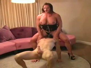 Female bodybuilder dominates vīrietis un gives viņam minēts