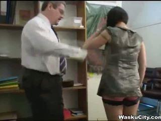 英國的 女孩 (thieving 女孩 gets spanked 由 老闆)