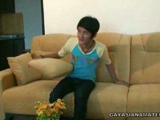 Homosexual ázijské žmurk strikes a pose