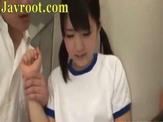 Shkollë vajzë marrjenëgojë treshe