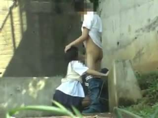 Escolar having sexo en la park