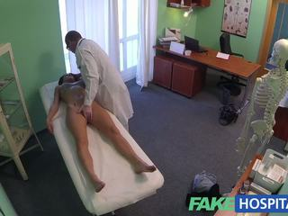 Fakehospital krāšņa jauns pole dancer ar karstās ķermenis swallows the doctors medicine