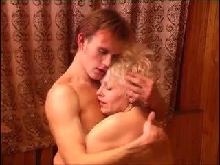 Moden kvinde & ung fyr (6 - ロシア ポルノの & デンマーク語 タイトル)