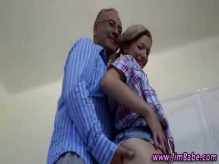 Blond slet gets neer voor zuigen oud geezer lul op haar knees