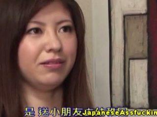 Aziatisch milf gets helpen met haar anaal parels