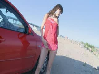 Mooi ex-vriendin undress in een auto