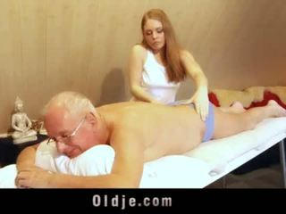 ישן אדם fucks צעיר בלונדינית masseuse cums ב שלה פה <span class=duration>- 6 min</span>