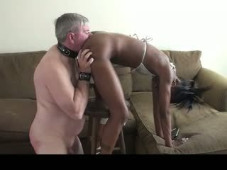An vecs baltie mēle uz viņai karstās melnas pakaļa