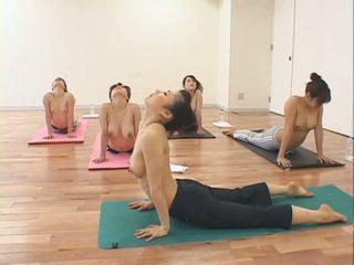 Simpatiska aziāti meitenes uz yoga klase