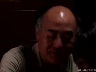 Yui hatano gives একটি সুন্দর চাটা থেকে কিছু elderly bloke