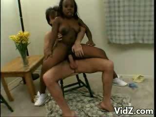 ผู้หญิงผิวดำ dwarf มัน treated ไปยัง หนึ่ง steaming เพศสัมพันธ์