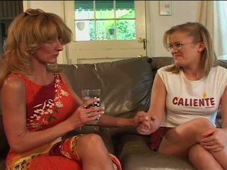 Velký kozy lesbička babičky sharing filthy dildo s mladý kotě