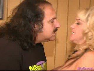 Pornozvaigzne ron jeremy jāšanās a milzīgs breasted blondīne