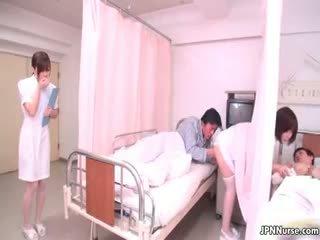 Maličký japonská zdravotní sestra giving a výstřik part4