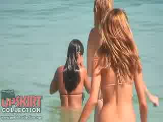 The cutie dolls në sexy bikinis are duke luajtur me the waves dhe getting spied në