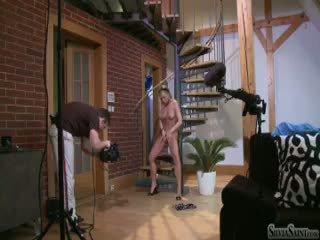 Silvia saint prapaskenë filming një solo skenë në një stair (hd)