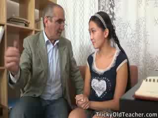 Tricky ישן perv מורה persuades אסייתי cutie ל למצוץ שלו זין