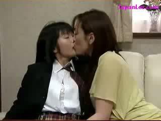 Школярка цілує spitting з зріла жінка fingered на the диван