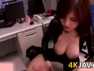 Krūtainas japānieši palaistuve pie the birojs