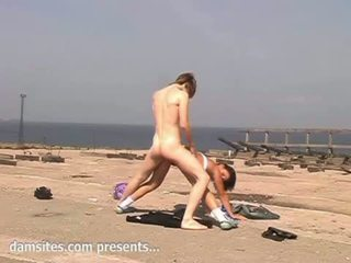 Adolescenta pasarica insurubata pe the plaja