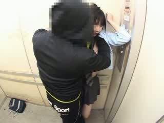 Schoolgirls χουφτωμένος/η σε ένα σχολείο elevator