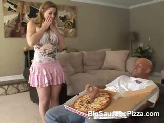Мила брюнетка doing мінет і titsjob для піца guy з піца на