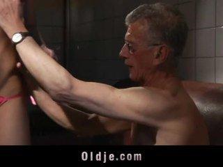 Velho homem é assfucking jovem grávida em o casa de banho
