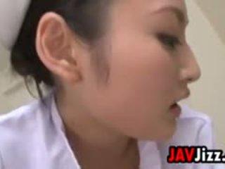Sexy japans verpleegster dominates een patiënt