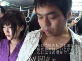 Nyilvános bj onto a busz körül forró japán bevállalós anyuka.