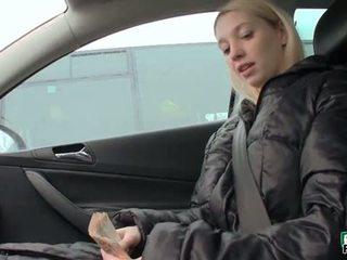 Tsjechisch slet mina flashes haar massief tieten