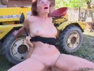 Pelirroja abuelita follada en la espalda yard
