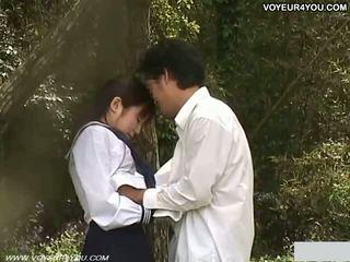 Teinit koulu tyttö ulkona puutarha naida