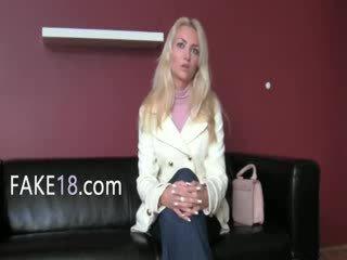 Babeage vrouw enjoying fake agent tong