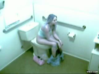 Geil chick betrapt masturberen in bath kamer